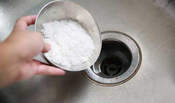 cách thông cống bằng muối